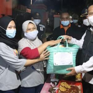 Peduli Rakyat di Masa PPKM, Bupati Blitar Bagikan Ratusan Paket Sembako untuk PK5