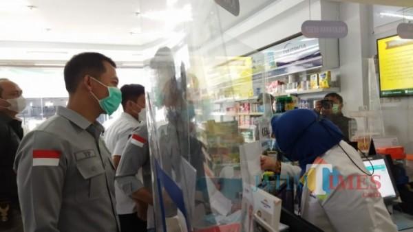 Petugas Polres Batu saat melakukan sidak di apotek Kota Batu beberapa saat lalu.