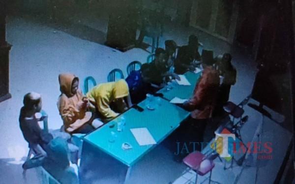 Saat para remaja diamankan di Kantor desa Pandansari. (Foto : Istimewa)