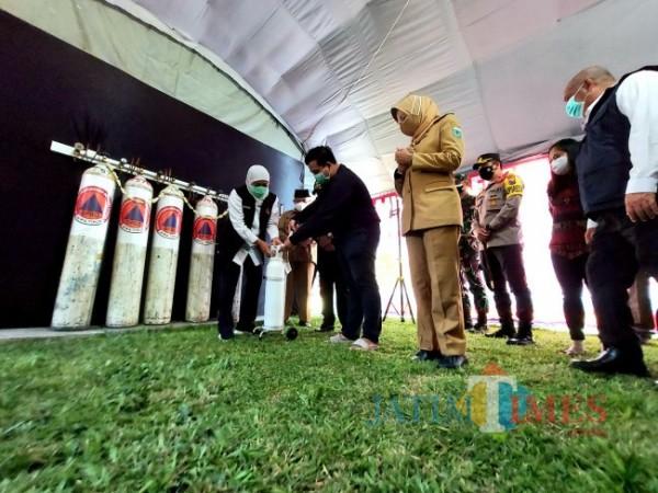 Gubernur Jawa Timur Khofifah Indar Parawansa bersama tiga kepala daerah lainnya saat menyerahkan tabung oksigen satu meter kubik secara simbolis kepada salah satu penerima, Senin (26/7/2021). (Foto: Tubagus Achmad/MalangTIMES)