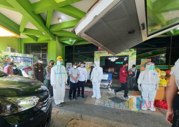 Jajaran Forkopimda Kota Malang saat meninjau para tenaga kesehatan mengenakan APD lengkap saat mengevakuasi pasien di Rumah Sakit Saiful Anwar (RSSA) Malang, Rabu (7/7/2021). (Foto: Tubagus Achmad/MalangTIMES)