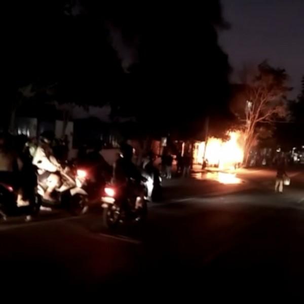 Kebakaran mobil yang terjadi Jalan Panglima Sudirman, Senin (26 Juli 2021) malam.