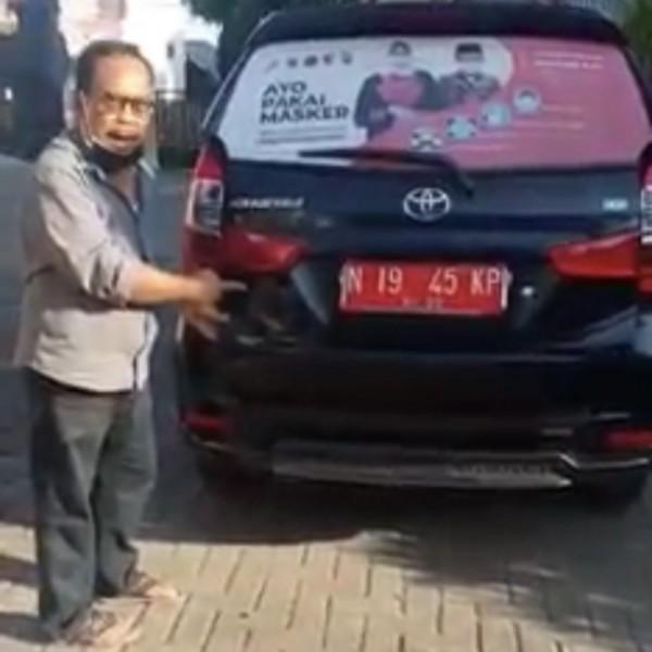 Kepala Desa Pandanrejo Abdul Manan saat menunjukkan mobil dinas yang akan dimanfaatkan untuk mobil ambulans.