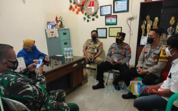 Kepala PKM Jember Kidul dr Rumi Enggar Wati didamping pihak Muspika Kaliwates saat memberikan keterangan pers. (foto : Edy / Jember TIMES)