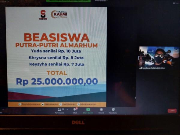 Menparekraf Sandiaga Uno memberi beasiswa total Rp 25 juta pada anak yang kedua orangtuanya meninggal karena Covid-19 di Madiun (Ist)