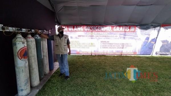 Petugas BPBD Provinsi Jawa Timur yang sedang melakukan pengecekan lokasi isi ulang oksigen gratis di Lapangan Gedung Bakorwil III Malang, Minggu (25/7/2021). (Foto: Tubagus Achmad/MalangTIMES)