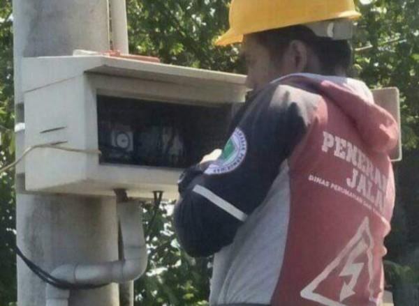 Petugas PJ DPUPRPKP Kota Malang yang tengah melakukan perbaikan lampu PJU (Ist)