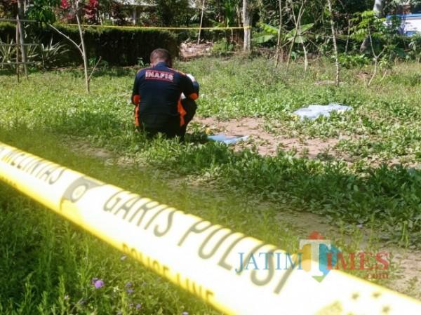 Tim identifikasi Polres Malang saat memfoto beberapa barang bukti di TKP (foto: Hendra Saputra/MalangTIMES)