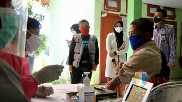 Wakil Wali Kota Batu Punjul Santoso saat meninjau warga yang vaksin di Puskesmas.