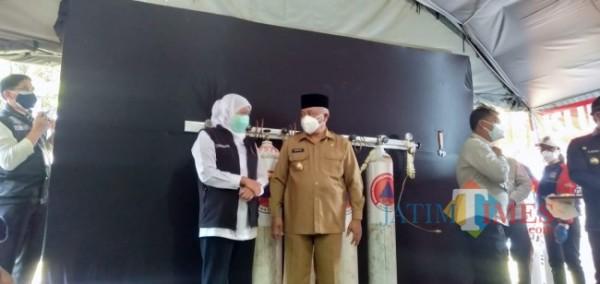 Bupati Malang HM Sanusi (kanan) saat berkomunikasi dengan Gubernur Jatim Khofifah Indar Parawansa (foto: Tubagus Achmad/MalangTIMES)