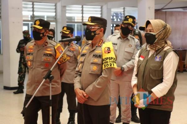 Kepala Badan Pemeliharaan Keamanan (Kabaharkam) Polri Komjen Arief Sulistyanto saat berkomunikasi secara virtual bersama warga yang isolasi di YPPII. (Foto: Irsya/BatuTIMES)