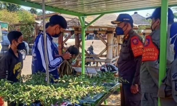 Petugas saat melakukan patroli di salah satu tempat pedagang bunga di Kota Batu. (Foto: Irsya/BatuTIMES)