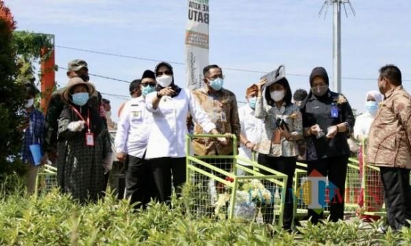 Wali Kota Batu Dewanti Rumpoko saat melaunching mal bunga hias di Desa Sidomulyo beberapa saat lalu.