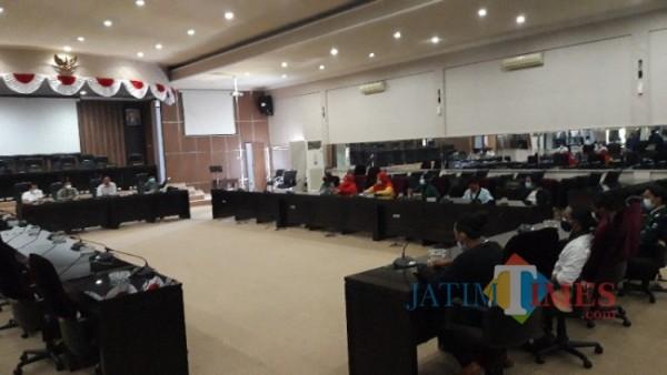 Ativis HMI dan PKL sedang menyampaikan aspirasi kepada anggotan DPRD (Foto: Abror Rosi/JatimTimes)