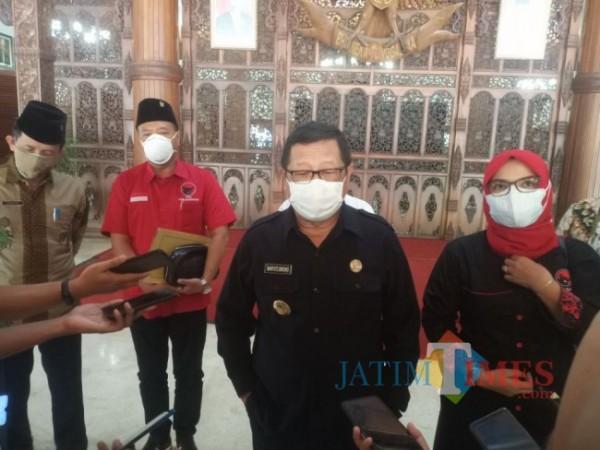 Bupati Tulungagung Maryoto Birowo dan Ketua DPC PDIP Tulungagung Susilowati saat dikonfirmasi di pendapa, Rabu 28/07/2021. (Foto: Muhsin/TulungagungTIMES)