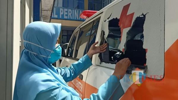 Mobil Ambulan milik RS Bina Sehat yang mengalami kerusakan di bagian kaca belakang (foto : istimewa / Jember TIMES)
