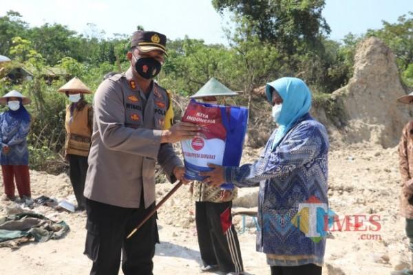 Polres Ngawi membagikan paket bansos dan masker kepada para pemulung di TPA Desa Selopuro yang terdampak PPKM Darurat Covid-19