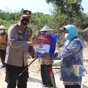 Kapolres Ngawi Bagikan 50 Paket Beras dan Masker ke Pemulung di TPA Desa Selopuro