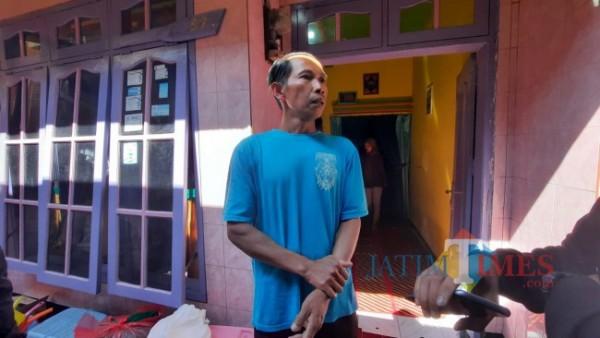 Suami dari Sri Indahwati (33) yakni Abdul Bari (35) saat ditemui awak media di rumah duka, Rabu (28/7/2021). (Foto: Tubagus Achmad/MalangTIMES)