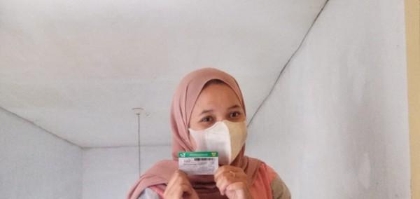 Sukma Intan Safira (22) saat menunjukkan kartu JKN-KIS. (Foto: BPJS Kesehatan)