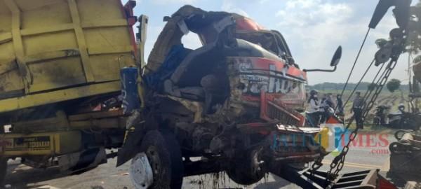Bodi dump truck yang mengalami kerusakan parah akibat kecelakaan. (Foto: Dodik Eko P/ JatimTIMES)