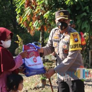 Kapolres Ngawi Serahkan 100 Paket Sembako kepada Warga Desa Girimulyo dan Pelaku Wisata Srambang Park