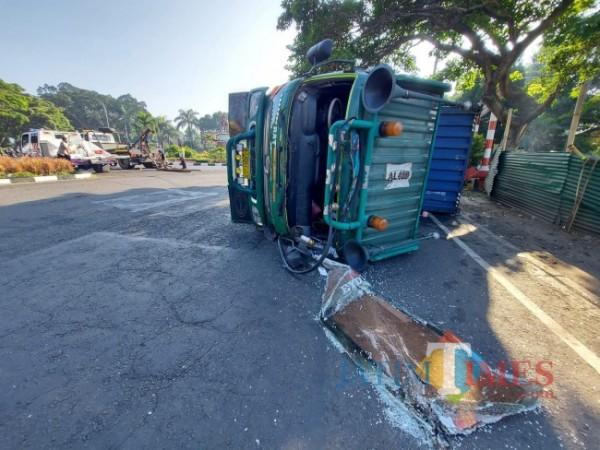 Kondisi truk kontainer yang terguling di dekat patung Panglima Besar Jenderal Sudirman atau di bundaran SMPN 5 Malang, Kamis (29/7/2021). (Foto: Tubagus Achmad/MalangTIMES)