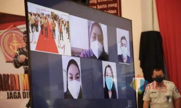Para pasien Covid-19 saat isolasi di kamar YPPII ketika berkomunikasi secara virtual bersama Kepala Badan Pemeliharaan Keamanan (Kabaharkam) Polri Komjen Arief Sulistyanto.