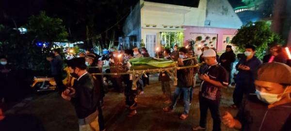 Perwakilan warga di RW 04 Kelurahan Merjosari, Kecamatan Lowokwaru, Kota Malang yang menggelar tirakat Shalawat Burdah untuk mengusir pageblug Covid-19, Rabu (28/7/2021). (Foto: Dok. Pemuda Tangguh RW. 04 Kelurahan Merjosari)