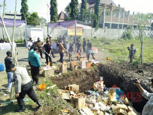 Petugas Kejari Kota Malang yang melakukan pemusnahan barang bukti (Anggara Sudiongko/MalangTIMES)