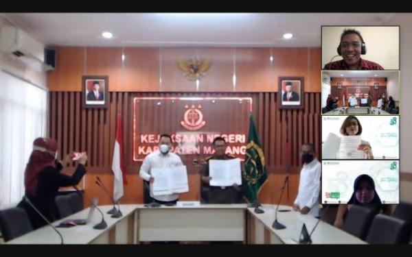 Proses penandatanganan kerjasama yang dilakukan secara virtual antara BPJS Kesehatan Malang dan Kejaksaan Negeri Kabupaten Malang, Rabu (28/7/2021). (Foto: BPJS Kesehatan)