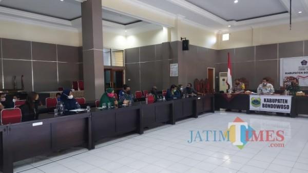 Saat perwakilan mahasiswa dan PKL ditemui oleh Asisten 1  Wawan Setiawan (Foto: Abror Rosi/JatimTimes)