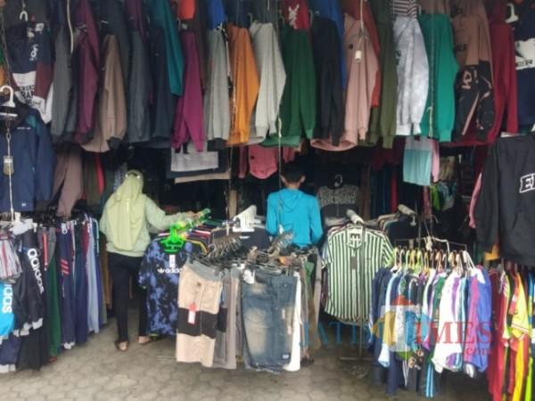 Salah satu stand pakaian di Plaza Lumajang (Foto : Asmadi / JatimTIMES)