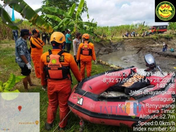 Tim SAR Pos Banyuwangi melakukan pencarian korban hanyut di sungai Curah Gulung Desa Seneporejo Kecamatan Siliragung Kabupaten Banyuwangi. (Istimewa)i