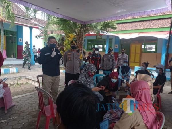 Wabup Malang Didik Gatot Subroto (baju hitam) saat memberi imbauan kepada masyarakat yang akan vaksinasi di Kecamatan Pakis (foto: Hendra Saputra/MalangTIMES)