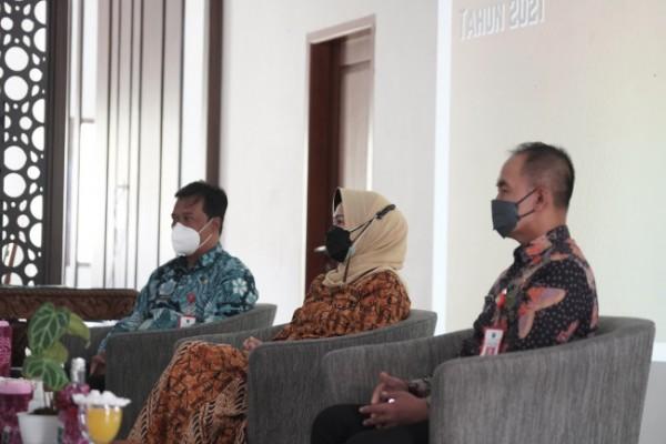 Wali Kota Batu Dewanti Rumpoko saat mengikuti penghargaan KLA secara virtual.