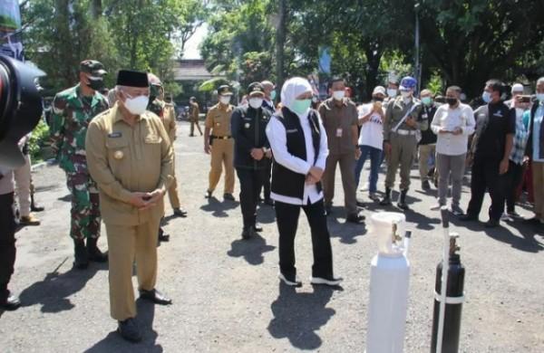 Bupati Malang HM. Sanusi saat mendampingi Gubernur Jawa Timur saat meresmikan pelayanan isi ulang oksigen gratis di Kantor Bakorwil Malang.