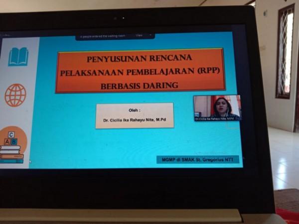 Dr Cicilia Ika Rahayunita MPd, Kaprodi PGSD, saat memberikan paparan materi (Ist)