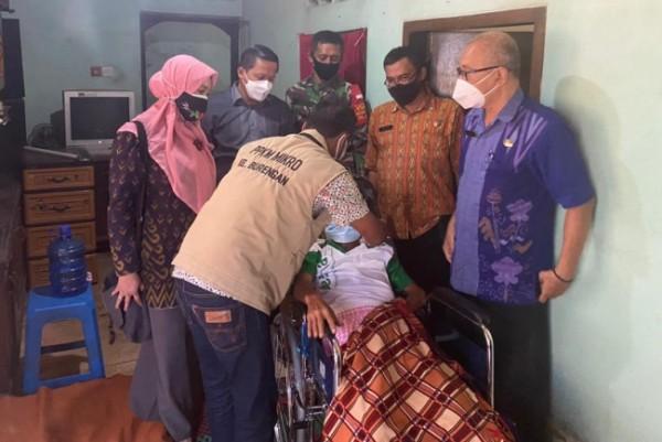 Pemerintah Kota Kediri melalui Dinas Sosial menyalurkan bantuan berupa kursi roda kepada empat orang penyandang disabilitas pada Kamis (29/7). (Foto: Ist)