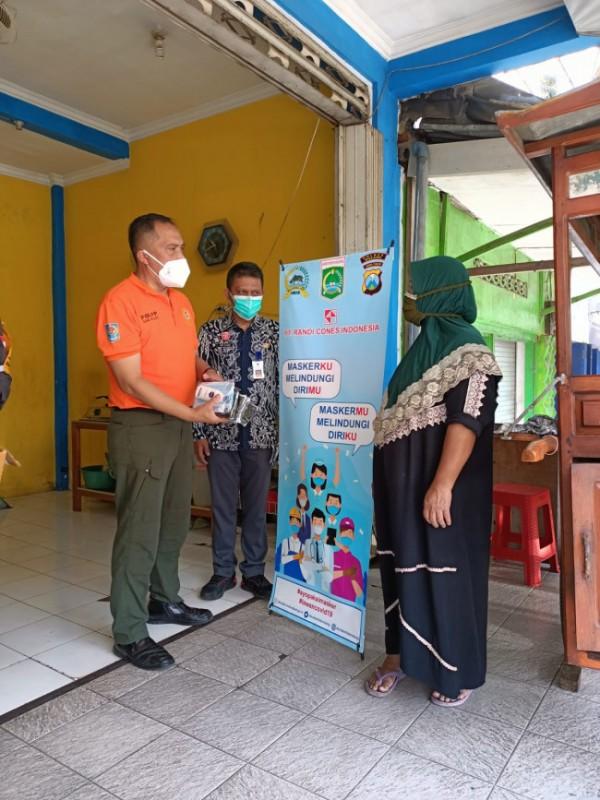 Penyaluran masker yang dilakukan dalam operasi simpatik oleh Satpol PP Kabupaten Malang (Foto: Istimewa)