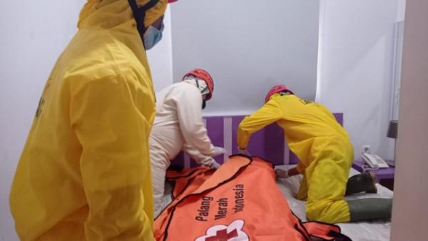 Petugas saat mengevakuasi jasad korban untuk dibawa ke kamar mayat. (Ist)