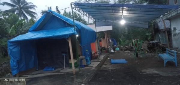 Salah satu rumah warga Desa Wirotaman yang masih belum tersentuh bantuan dan tinggal di bawah tenda.