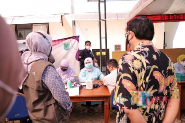 Tenaga kesehatan saat melakukan vaksinasi di Kota Batu.