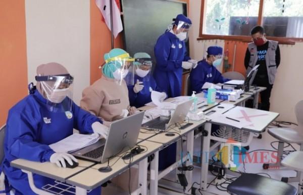 Wakil Wali Kota Batu Punjul Santoso saat meninjau vaksinasi di Kota Batu beberapa saat lalu.