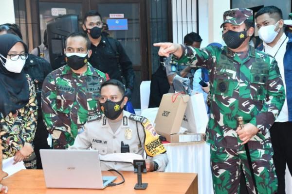 Panglima TNI Marsekal Hadi Tjahjanto (menunjuk monitor) saat berkunjung di Kabupaten Malang (foto: Humas Polres Malang for MalangTIMES)