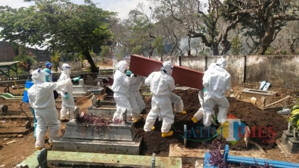 Tim pemulasaraan saat menguburkan pasien Covid-19 di Kelurahan Sisir Kota Batu. (Foto: Irsya Richa/MalangTIMES)