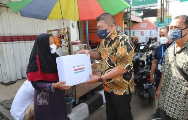 Wakil Bupati Malang Didik Gatot Subroto saat menyalurkan bantuan kepada sejumlah pedagang di Kecamatan Karangploso.