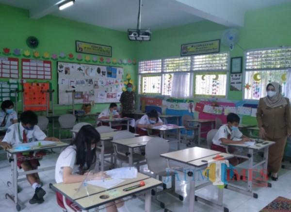 Guru saat mengawasi siswa di SDN Mojorejo 1 Kota Batu beberapa saat lalu. (Foto: Irsya/BatuTIMES)