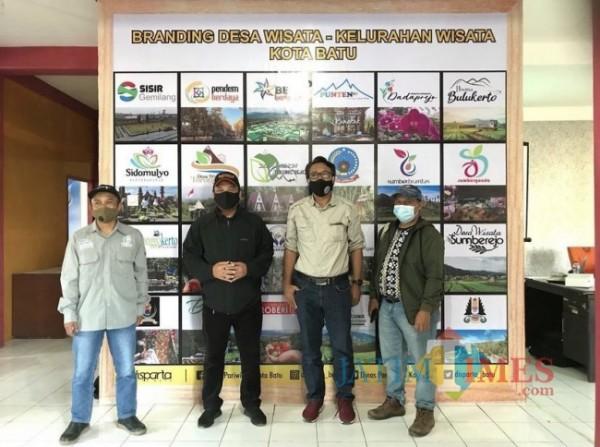 Kepala Dinas Pariwisata Kota Batu Arief As Siddiq saat menunjukkan gambar di BTM. (Foto: Irsya/BatuTIMES)