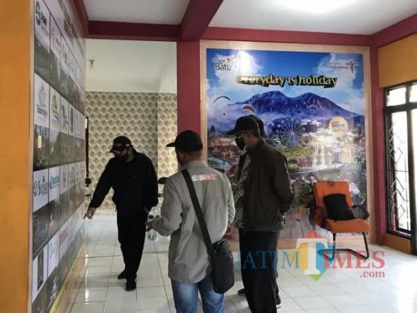 Kepala Dinas Pariwisata Kota Batu Arief As Siddiq saat menunjukkan gambar di BTM.